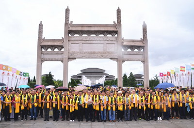 Over 400 people including representatives of members and students from Chin Woo athletic federation branches at home and abroad as well as members of other martial arts groups participated in the worship ceremony.