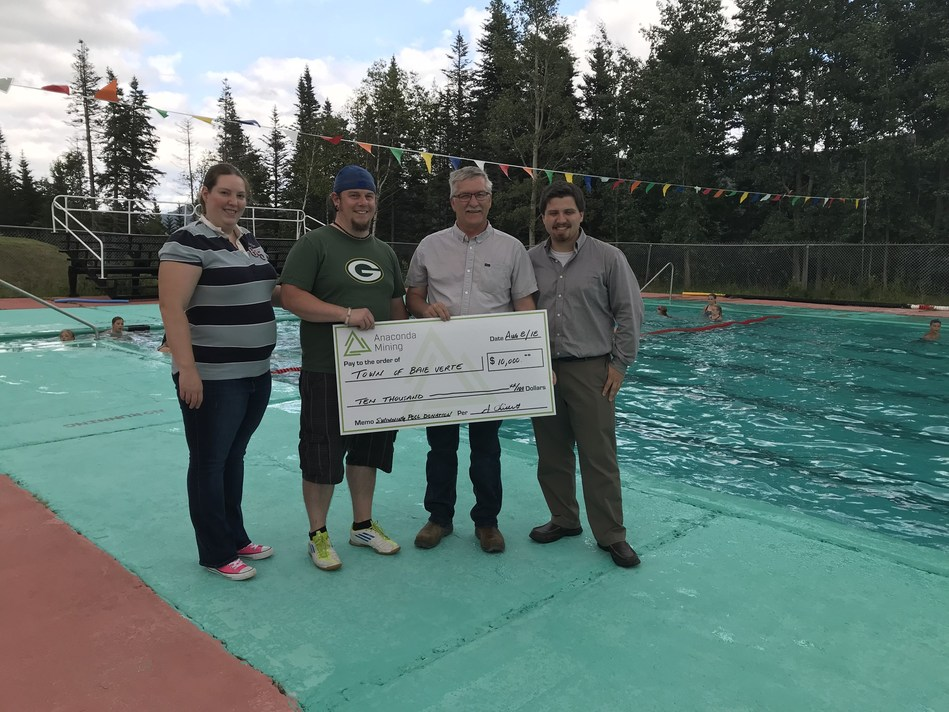 Anaconda Mining 2018 Baie Verte Swimming Lessons Donation. Operations Manager Tony Chislett presents $10,000 on behalf of Anaconda to sponsor free swimming lessons for youth at the Baie Verte regional pool. Left to right in the photo are Laura Bailey, Aquatic Director, Baie Verte Peninsula Recreation Commission, Shawn Russell, Councillor, Town of Baie Verte, Anthony Chislett, Operations Manager, Anaconda Mining Inc and Brian Peach, Chief Administrative Officer, Town of Baie Verte (CNW Group/Anaconda Mining Inc.)