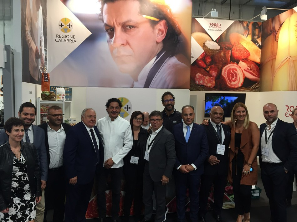 Chefs Francesco Mazzei and Antonio Callipari with the delegates of Regione Calabria and Calabrian companies at the Specialty & Fine Food Fair 2018 (PRNewsfoto/Regione Calabria)