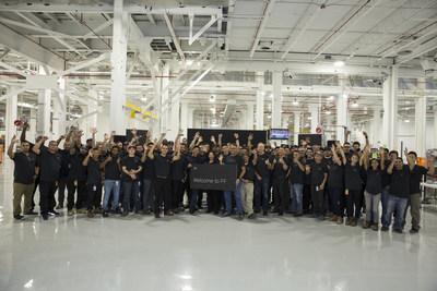 Orientation à l'usine de Hanford : YT Jia, fondateur et chef de la direction mondial de FF, se joint aux nouveaux employés lors de la célébration (PRNewsfoto/Faraday Future)
