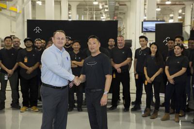 Darrel Pyle, directeur général de Hanford, Californie, et Vince Nguyen, directeur des ressources humaines de FF, mènent la célébration des nouveaux employés à l'usine de Hanford (PRNewsfoto/Faraday Future)