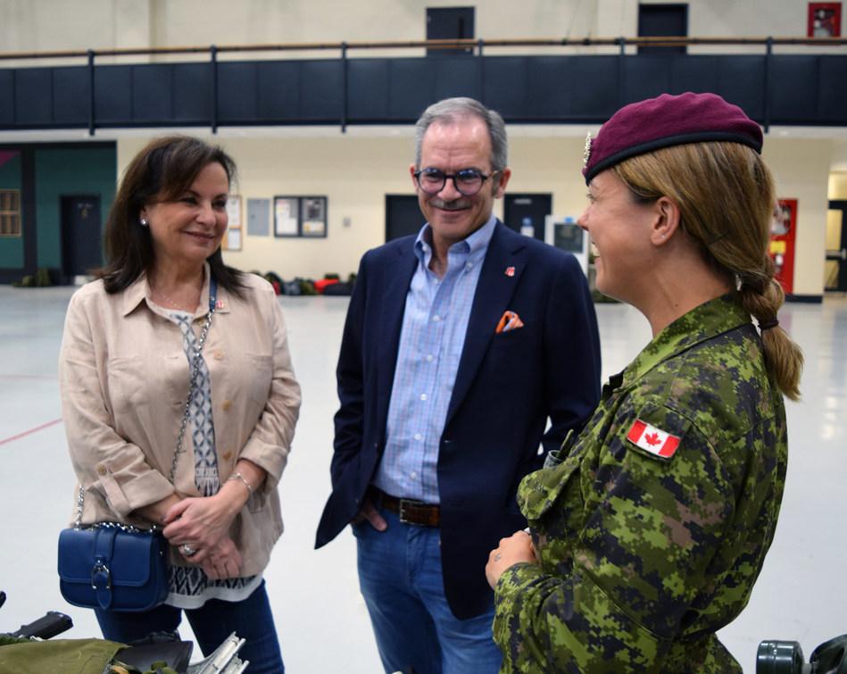Les philanthropes canadiens Rick et Lillian Ekstein ont rencontré le personnel des Forces armées canadiennes, à Toronto, afin de rendre hommage aux familles des militaires par l'entremise du lancement de la fondation Debout à l'unisson (Groupe CNW/La fondation Debout à l'unisson)