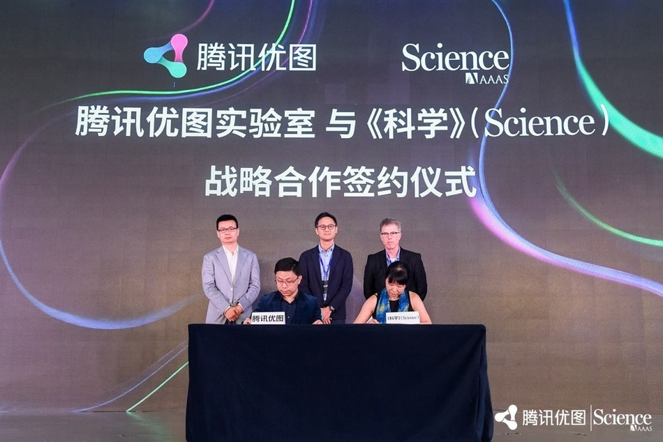 Front row from left to right: Jiaya Jia, Distinguished Scientist and General Manager of YouTu Lab, Tencent; Chu Xiaoying, Director of Business Development and Academic Publishing Relations, Asia; Second row: Dowson Tong, Executive Vice President, Tencent (middle);  Zhu Liang, Vice President, Tencent (left); Bill Moran, Publisher, Science Family of Journals, Science /AAAS (right)
