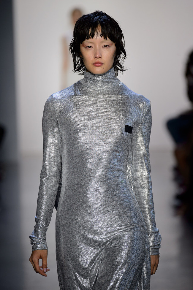 C+plus SERIES taps into extreme sports as a major inspiration this season, uses metal yarn as the top layer yarn to create a glittering texture, the clothes is designed for the sublime nature of woman, translating her internal freedom into physical form.