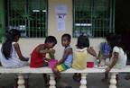 Super typhon Mangkhut/Ompong : des enfants mangent, dans un centre d'évacuation de la province Ilocos Norte, aux Philippines. ©UNICEF Philippines/2018/Jeoffrey Maitem (Groupe CNW/UNICEF Canada)