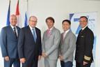 De gauche à droite : Christoph Schewe, directeur de l'IFALPA, Capitaine Ron Abel, président de l'IFALPA, Yves Lalumière, président-directeur général de Tourisme Montréal, Membre de l'IFALPA : Capitaines Ben Mansumitchai et Rod Lypchuk (Groupe CNW/Tourisme Montréal)