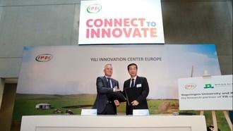 Qlip CEO Jan Bobbink (left) and Yili Executive President Zhang Jianqiu (right)