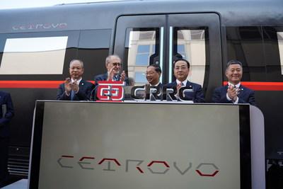 O embaixador da China na Alemanha, Mingde Shi, o presidente da CRRC, Yongcai Sun, o vice-presidente da CRRC, Jun Wang, o professor Werner Hufenbach e o gerente geral da CRRC Sifang, Ma Yunshuang, assistem o lançamento do CETROVO. (PRNewsfoto/CRRC)