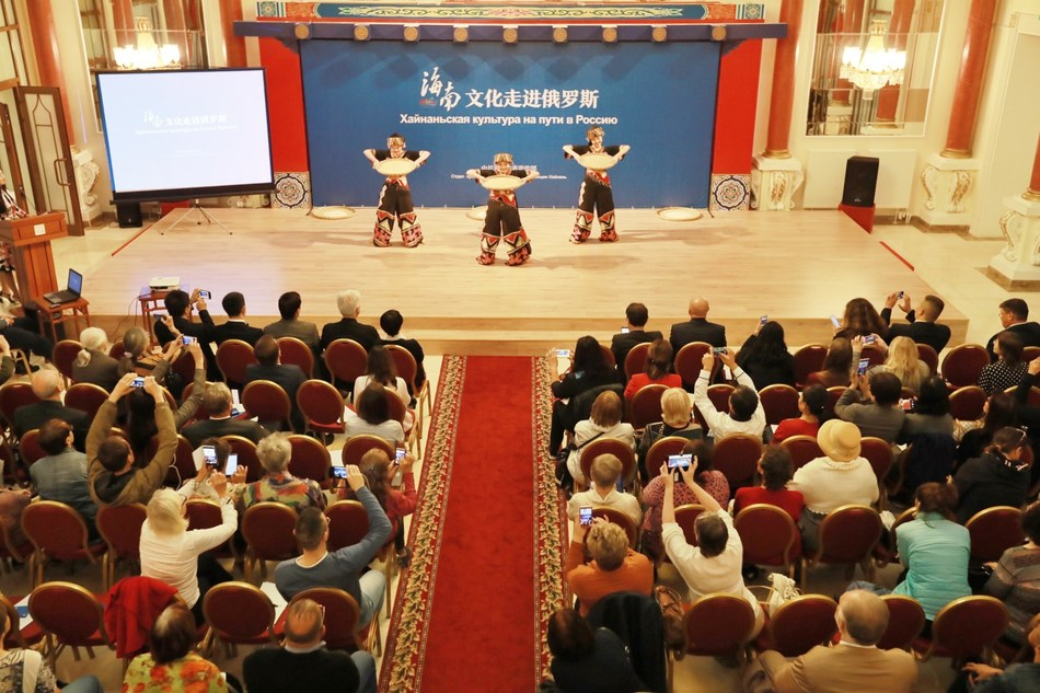 """On September 17, """"Hainan Culture Enters Russia"""" event of China was held in the Chinese Cultural Center in Moscow, capital of Russia. (PRNewsfoto/Hainan CPC)"""