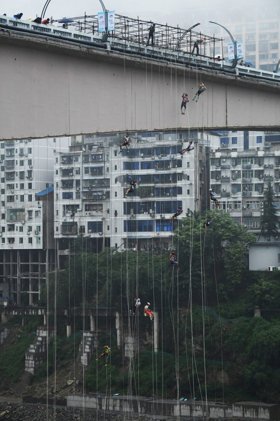 Players are competing in a bridge descent contest on September 18. (PRNewsfoto/Wulong Publicity Dept.)