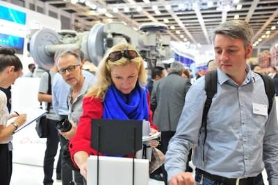 Dos visitantes muestran gran interés en las ofertas de productos más avanzados y recientes de CRRC exhibidas en su puesto en InnoTrans 2018 (PRNewsfoto/CRRC)