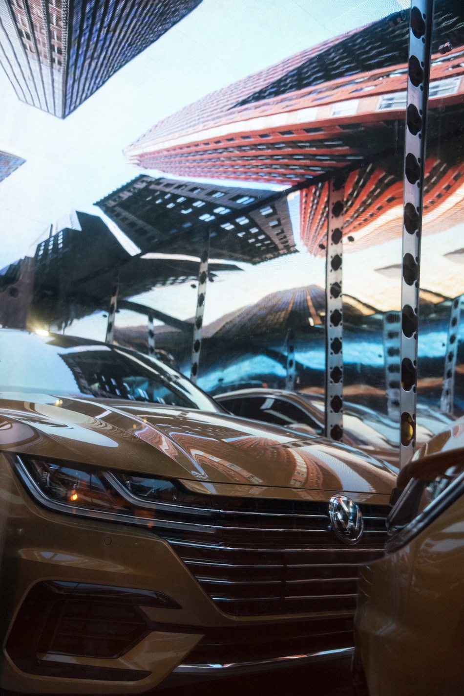 The Volkswagen Arteon as seen in the #LifeinSmartLuxury outdoor exhibit at the Museum of Contemporary Art Toronto on display until October 21, 2018 (CNW Group/Volkswagen Canada Inc.)