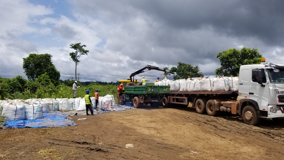 The Lola Project Team putting the 200 tonnes of mineralized material on the truck towards the Conakry port. (CNW Group/SRG Graphite)