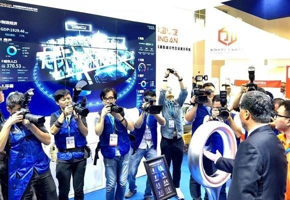 Ma Xingrui, Deputy Secretary of Guangdong Provincial Committee and Governor of Guangdong Province experiences Ping An's Panoramic Smart City Interactive System.