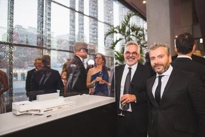 Gilles Saucier, architecte concepteur du nouveau MAC et John Zeppetelli, directeur général et conservateur en chef du MAC près de la maquette du nouveau MAC. Photo : Max Messier (Groupe CNW/Musée d'art contemporain de Montréal)