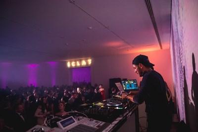 Le DJ Thomas H a fait danser la foule. Photo : Max Messier (Groupe CNW/Musée d'art contemporain de Montréal)