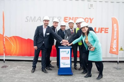 Da esquerda para a direita: Upside, Ministro Wang Weidong, CEO Chen Bo, Mitnetz, Sr. Giess e a gerente-geral do departamento de assuntos estrangeiros da Narada, Srta. Alice Zheng (PRNewsfoto/Narada Power Source Co.,Ltd)