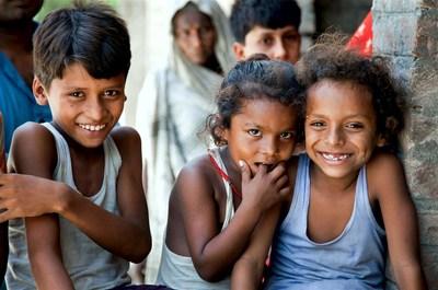Des enfants dans une clinique de santé, dans le village de Bhagwanpuri Raiti en Inde, reçoivent des traitements à base de zinc et de sels de réhydratation orale (SRO), afin de combattre les décès infantiles attribuables à la diarrhée. (Groupe CNW/UNICEF Canada)