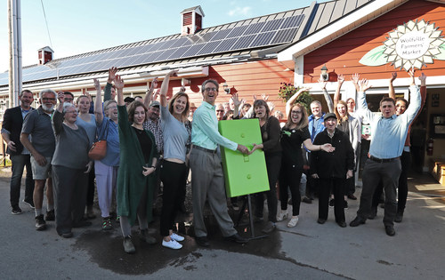 Patrons of the Wolfville Farmers' Market celebrate the launch of a 20 kW solar installation. (CNW Group/Bullfrog Power)