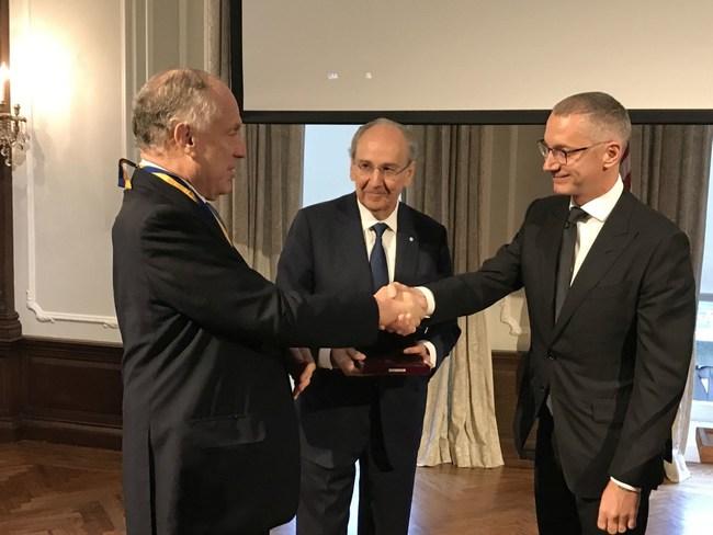 Boris Lozhkin and James Temerty present the Metropolitan Andrei Sheptytsky Award and Medal to Ambassador Ronald Lauder.