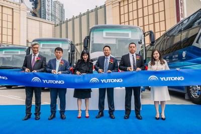 Invitados cortan la cinta para anunciar la utilización del autobús eléctrico de Yutong en Macao (PRNewsfoto/Yutong Bus)