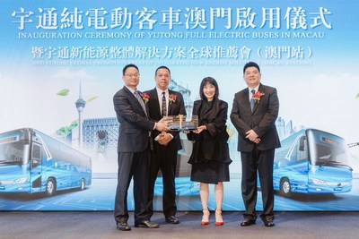 Hu Huaiban, gerente general de Negocios Internacionales de Yutong Bus, entrega un modelo de un autobús Yutong como regalo a Akiko Takahashi, vicepresidenta ejecutiva de Melco Resorts & Entertainment (PRNewsfoto/Yutong Bus)