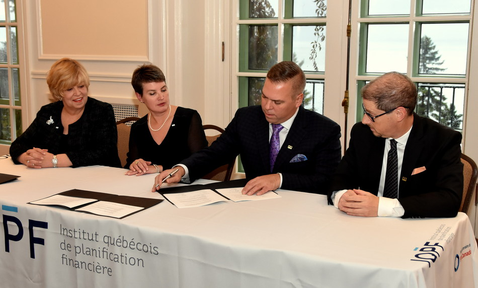 From left to right: Jocelyne Houle-LeSarge, President and CEO of IQPF; Julie Raîche, F.Pl., IQPF's Board Chair; Dan Busi, CFP®, FPSC's Board Chair; and Cary List, CFP, President and CEO of FPSC, sign a new strategic partnership between IQPF and FP Canada. (CNW Group/Financial Planning Standards Council)