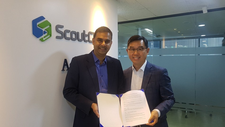ScoutChain's CEO Moon-Young-Chul (right) and Ambe International's director Amal Saxena pose for pictures after signing the MOU contract. Source: ScoutChain