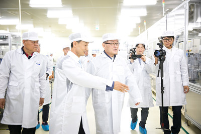 Mando Chairman Chung Mong-won (Third from left) is inspecting MGH-100 production lines in Brake Factory 2 at Pyeongtaek Brake Business Headquarters.