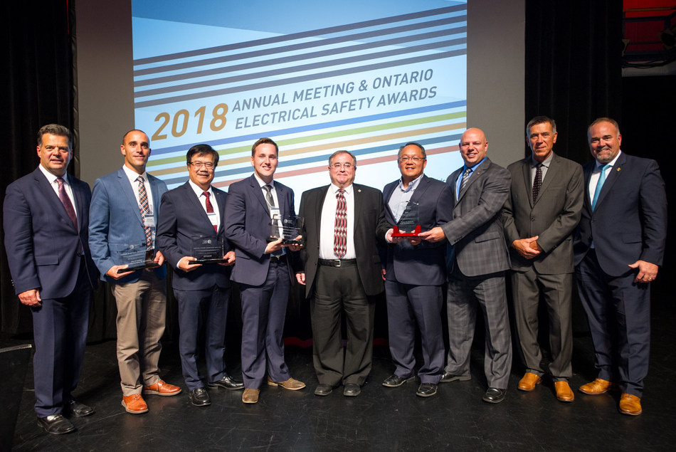 The 2018 Ontario Electrical Safety Awards celebrated safety leaders with a strong commitment to electrical safety in Ontario. Award winners are pictured above with the Honourable Todd Smith, Minister, Government and Consumer Services and Government House Leader (far, right) Brian Bentz, Board Chair (far, left) and the Electrical Safety Authority's Scott Saint, Chief Public Safety Officer (second in, far right). (CNW Group/Electrical Safety Authority)