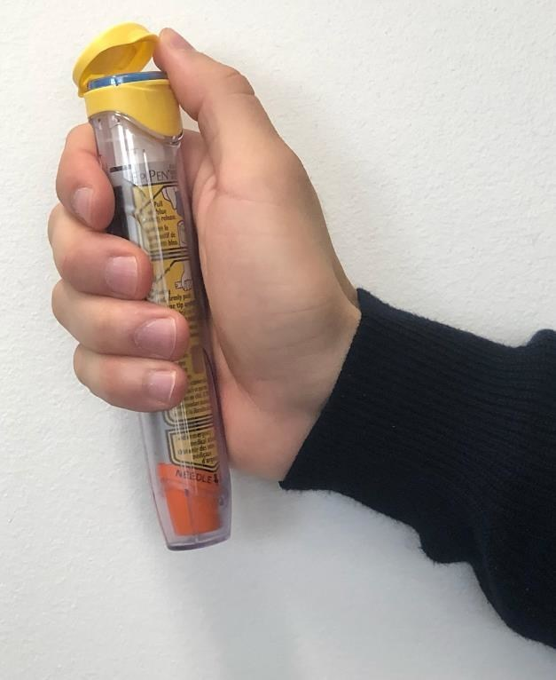 Open the device carrier tube by flipping open the carrier tube cap (do NOT remove the blue safety release from the auto-injector device). (CNW Group/Health Canada)