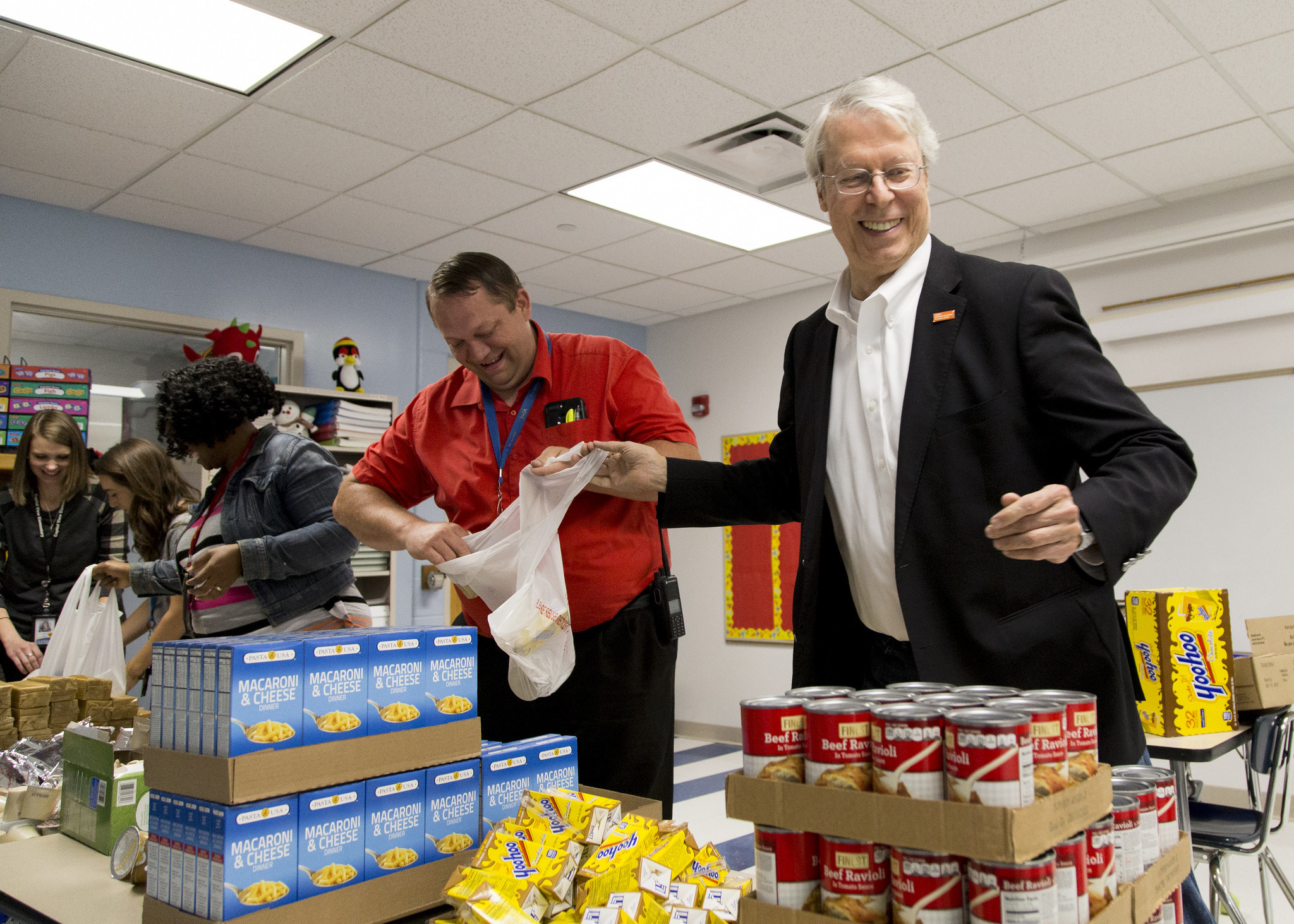 Des Moines Mayor Frank Cownie packs bags of weekend food for students at Capitol View Elementary on 'Blessings in a Backpack Day.'  Photo: Des Moines Public Schools