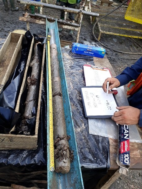 Core samples being logged by MDEng (CNW Group/SRG Graphite)
