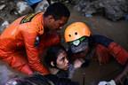 Nurul Istikhoroh (âgée de 15 ans) est évacuée après être restée coincée près de 48 heures dans les débris de sa maison inondée suite au séisme et au tsunami qui a frappé l'île des Célèbes en Indonésie, le 28 septembre 2018. © UNICEF/UN0239947/Tirto.id/@Arimacswilander (Groupe CNW/UNICEF Canada)