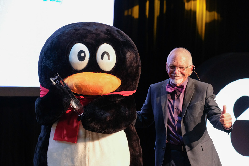 "Tencent Penguin receives ""International Icon"" award from host David Leisure at Madison Avenue Walk of Fame: Icon Awards at PlayStation Theater on October 1, 2018 in New York City. (Photo credit: Advertising Week)"