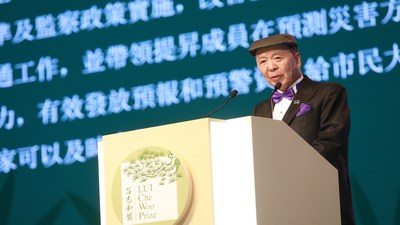 Dr. Lui Che Woo gives a speech to commemorate the occasion.