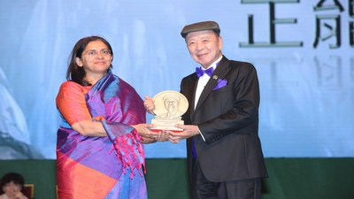Dr. Lui Che Woo presents the Positive Energy Prize to Dr. Rukmini Banerji, CEO of Pratham Education Foundation