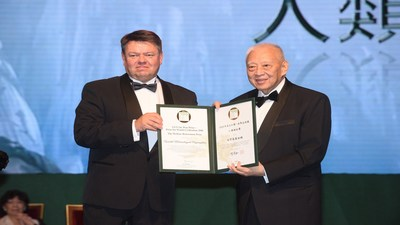Mr. Tung Chee-hwa presents the Welfare Betterment Prize to Prof. Petteri Taalas, Secretary-General of the World Meteorological Organization.