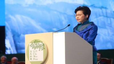 A executiva-chefe de Hong Kong, Carrie Lam, demonstra seu apoio em discurso na cerimônia de entrega do prêmio (PRNewsfoto/LUI Che Woo Prize Limited)