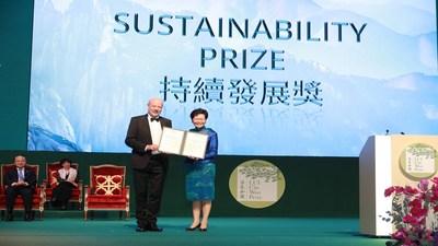 Carrie Lam entrega o Prêmio de Sustentabilidade a Hans-Josef Fell (PRNewsfoto/LUI Che Woo Prize Limited)