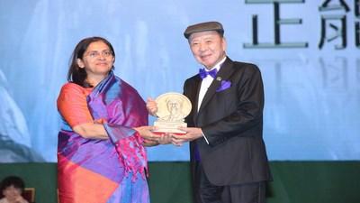 O Dr. Lui Che Woo entrega o Prêmio de Energia Positiva à Dra. Rukmini Banerji, CEO da Pratham Education Foundation (PRNewsfoto/LUI Che Woo Prize Limited)