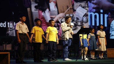 Warren Mok canta com crianças da Music Children Foundation durante a cerimônia (PRNewsfoto/LUI Che Woo Prize Limited)