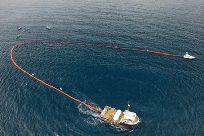 """A SodaStream lança a """"Holy Turtle"""", uma engenhoca de 305 m, projetada para limpar a poluição de plástico das águas dos oceanos sem prejudicar a vida marinha, como parte de um grande projeto de limpeza em Honduras. (PRNewsfoto/SodaStream International Ltd.)"""