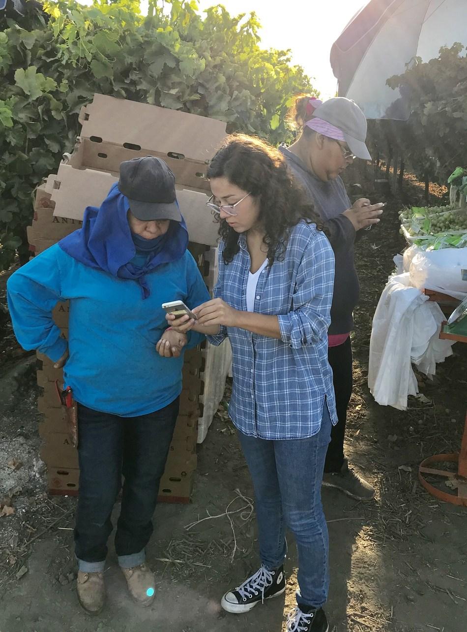 Faith Florez prueba la aplicación Calor en los campos.