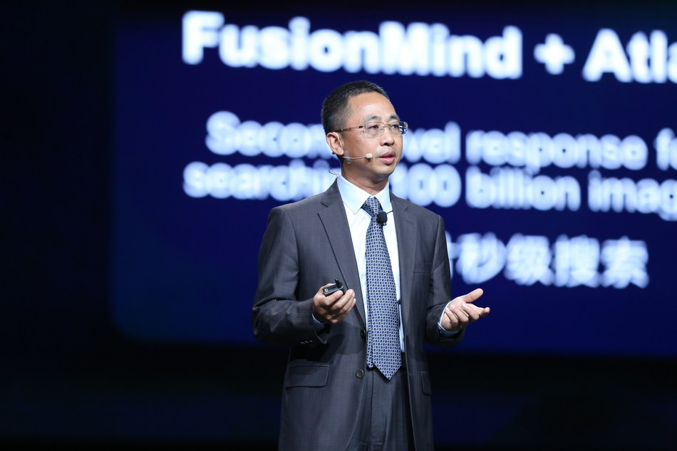 Hou Jinlong, President of Huawei's IT Product Line, giving a speech
