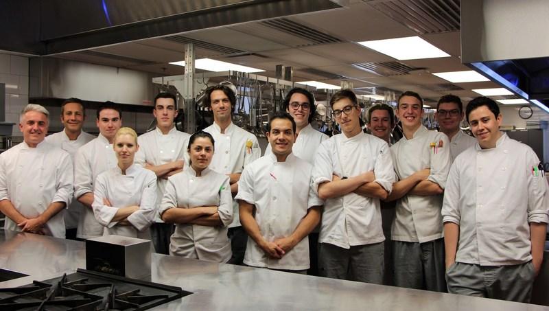 Les étudiants de Formation supérieure en cuisine de l'Institut de tourisme et d'hôtellerie du Québec (ITHQ) en compagnie de leurs professeurs. (Groupe CNW/Le Porc Show)