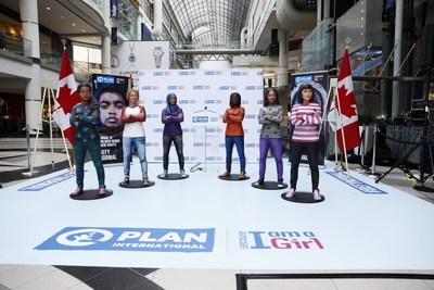 Pour célébrer la Journée internationale de la fille, six statues de filles uniques créées par Plan International Canada représentant le combat pour l'égalité des sexes à travers le monde prennent une pose 'revendicatrice' au CF Toronto Eaton Centre, le 11 octobre 2018. (Josh Fee/Plan International Canada) (Groupe CNW/Plan International Canada)