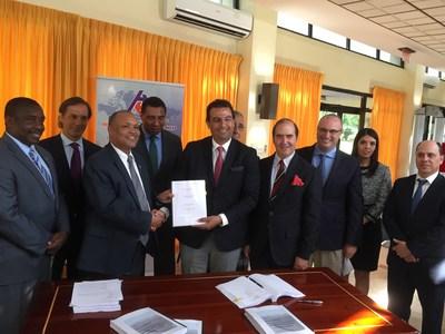 Las autoridades de Jamaica, incluido el Primer Ministro, Andrew Holness, cierran con el CEO del Grupo Aeroportuario del Pacífico, Raúl Revuelta Musalem, la transacción para administrar el Aeropuerto de Kingston.