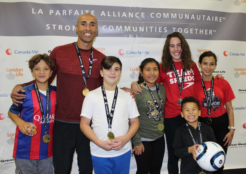 Les athlètes olympiques Damian Warner, spécialiste en décathlon et Aurélie Rivard, championne nageuse paralympique, prennent la pause avec les enfants de la Fondation Tremplin Santé. (Groupe CNW/La Great-West, compagnie d'assurance-vie)