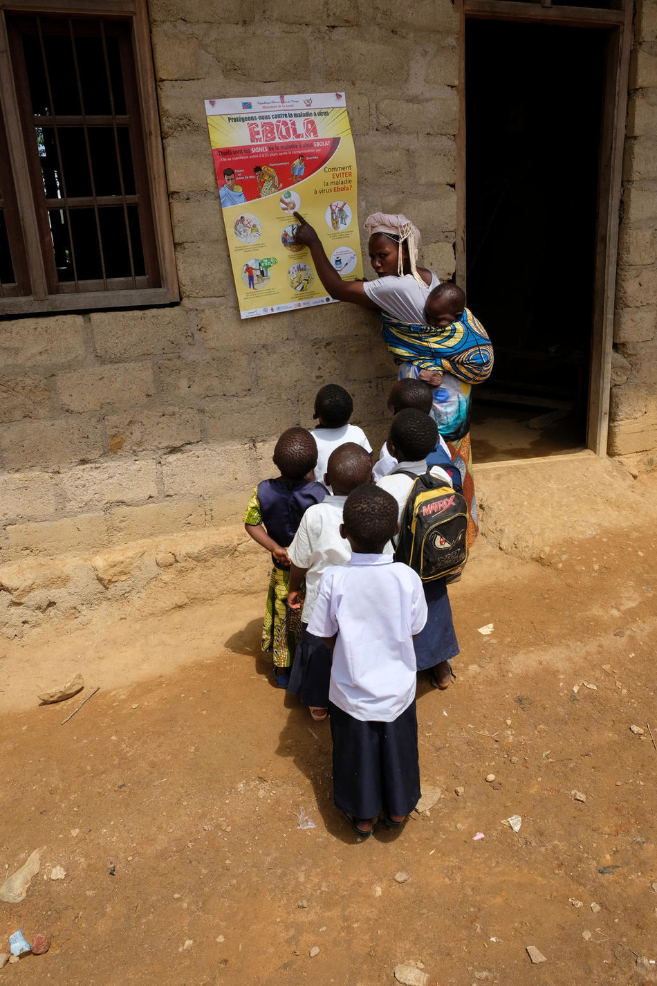 On 12 September 2018 in Beni, teacher and mother Kahindo Inyamunyu teaching her students how to protect themselves against Ebola, after a recent outbreak in the Democratic Republic of Congo. They live in the Ndini neighborhood of Beni, which has been hit particuarly hard. © UNICEF/UN0235947/Nybo (CNW Group/UNICEF Canada)
